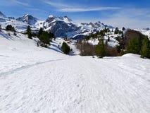 西班牙比利牛斯山著名风景在一个冬日充分叫candanchu白雪与与a的一清楚的蓝色天 免版税库存图片