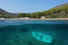 西班牙海岸线和水下小船的击毁 免版税图库摄影