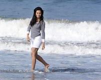 西班牙海浪走的妇女 免版税库存照片