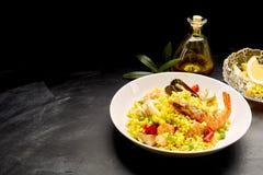 西班牙海鲜肉菜饭供食用柠檬和油 免版税图库摄影