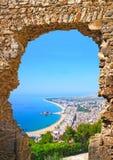 西班牙海滩看法通过石门在布拉内斯,肋前缘Brava 免版税库存图片
