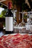 西班牙火腿jamon和瓶红葡萄酒 免版税库存图片