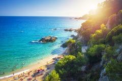西班牙热带海滩 在蓝色海和略雷特德马尔,布拉瓦海岸美好的海岸线的田园诗看法  卡拉市de Boadella platja 库存照片