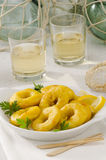 西班牙烹调。油煎的乌贼圆环。Calamares la Romana。 免版税图库摄影