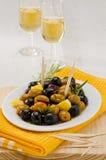 西班牙烹调。用卤汁泡的橄榄。 库存图片