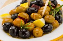 西班牙烹调。用卤汁泡的橄榄。 库存照片