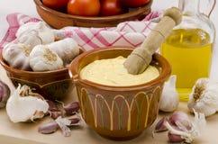 大蒜蛋黄酱调味汁。 Alioli。 免版税库存照片