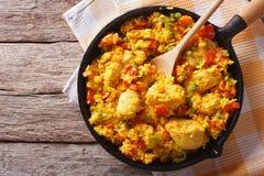西班牙烹调:在平底锅的鸡肉焖饭 水平的顶视图 库存图片