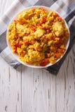 西班牙烹调:鸡肉焖饭关闭在碗 垂直的t 库存图片