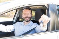 西班牙男性所有者藏品汽车钥匙 免版税库存图片