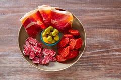 西班牙的塔帕纤维布有火腿橄榄香肠加调料的口利左香肠的 免版税库存照片