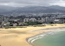 西班牙的大西洋海岸的Airview在城市拉雷多,小山和风暴天空的背景中 库存图片