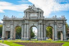从西班牙的明信片 老石门户纪念碑一次用于欢迎贵族和王室到市马德里 免版税图库摄影