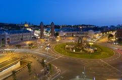 西班牙的正方形的看法在巴塞罗那在晚上 免版税库存照片