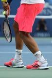 西班牙的职业网球球员费尔南多・贝尔达斯科穿习惯爱迪达网球鞋在比赛期间在美国公开赛2016年 免版税库存图片