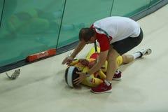 西班牙的骑自行车者塔尼阿Calvo碰撞在里约2016奥林匹克妇女` s keirin第一回合热2期间在里约奥林匹克室内自行车赛场 库存图片