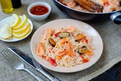 西班牙盘肉菜饭用海鲜,在平底锅的虾 免版税库存照片