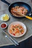 西班牙盘肉菜饭用海鲜,在平底锅的虾 免版税库存图片
