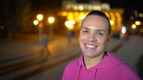 西班牙种族年轻人画象  一个年轻男性的特写镜头画象 关闭画象愉快年轻人微笑 股票视频