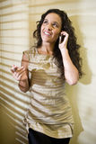 西班牙移动电话俏丽的联系的妇女 免版税库存图片