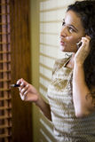 西班牙移动电话俏丽的联系的妇女 免版税图库摄影