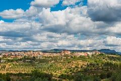 西班牙老镇El马斯罗奇,塔拉贡纳,蓝天的看法 免版税库存照片