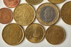 西班牙西班牙欧分铸造宏观看法 年迈的金钱货币特写镜头,织地不很细板刻蚀刻在纸背景 免版税库存照片