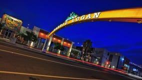 西班牙语人聚居的区域摇石霓虹灯广告在晚上,圣地亚哥,加利福尼亚 库存图片
