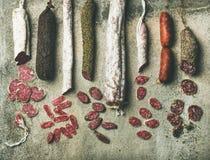 西班牙语或意大利语品种治疗了在切片切的香肠 免版税图库摄影