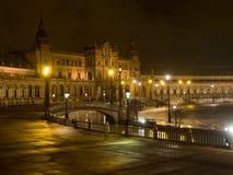 西班牙语Square Plaza de西班牙在塞维利亚在晚上,西班牙 它是地方主义建筑学的地标例子 免版税库存图片