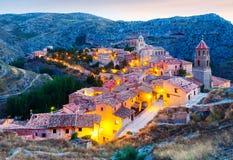西班牙镇看法在晚上 Albarracin 免版税库存照片