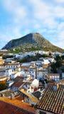 西班牙镇,有山和白色房子的马尔托斯 免版税库存照片
