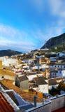 西班牙镇,有山和白色房子的马尔托斯 图库摄影