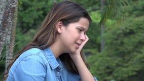 西班牙青少年的女孩眼泪汪汪充满感情痛苦 免版税库存照片