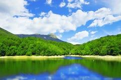 西班牙风景在卡塔龙尼亚地区 在Santa Fe湖反射的蒙塞尼山 库存照片