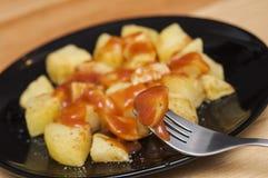 西班牙食物:可口patatas bravas,热和辣土豆 免版税图库摄影