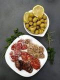 西班牙香肠和开胃菜橄榄 图库摄影