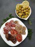 西班牙香肠和开胃菜橄榄 免版税库存图片