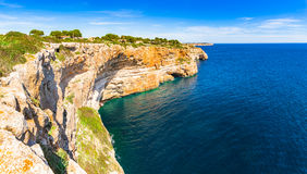 西班牙马略卡陡峭的海岸 免版税库存图片