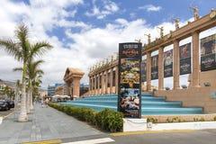 西班牙,加那利群岛,特内里费岛,美洲日报- 2018年5月17日:硬石餐厅在特内里费岛 在Playa de las美洲的街道在Tener 免版税库存图片