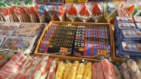 西班牙,巴塞罗那- 2018年4月:与甜点和橄榄油的展示窗口在Boqueria市场上 股票 有甜点的商店 免版税库存图片