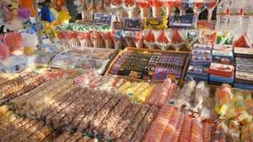 西班牙,巴塞罗那- 2018年4月:与甜点和橄榄油的展示窗口在Boqueria市场上 股票 有甜点的商店 库存图片