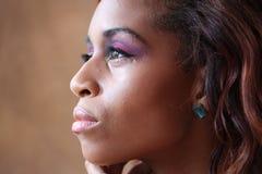 年轻西班牙黑人妇女外形特写 免版税图库摄影