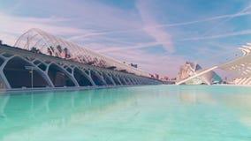 西班牙巴伦西亚蓝天城市oa艺术和科学筑成池塘全景4k时间间隔 股票录像