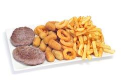 西班牙组合盛肉盘用汉堡、炸丸子、calamares和fr 免版税库存照片