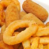 西班牙组合盛肉盘用炸丸子、calamares和法国frie 免版税库存图片