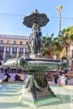 西班牙11月10日-三雍容的古典喷泉在Placa Reial的在市巴塞罗那在卡塔龙尼亚 免版税库存照片