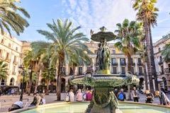 西班牙11月10日-三雍容的古典喷泉在Placa Reial的在市巴塞罗那在卡塔龙尼亚 免版税库存图片
