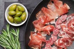 西班牙jamon,熏火腿crudo火腿,意大利蒜味咸腊肠 免版税库存照片