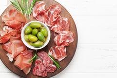西班牙jamon,熏火腿crudo火腿,意大利蒜味咸腊肠 免版税库存图片